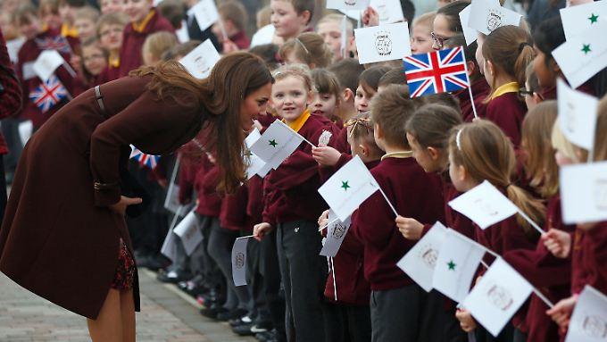 Wird sie auch eins haben?: Kate mit lauter little Girls der Havelock Academy in Grimsby.