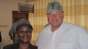 Sierra Leones Vize-Außenministerin Emu Jusu, stolze Besitzerin einer Niebel-Kappe.