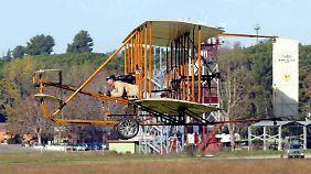 Ein Nachbau des Flugzeugs der Wright-Brüder bei einer Jubiläumsfeier in den USA.