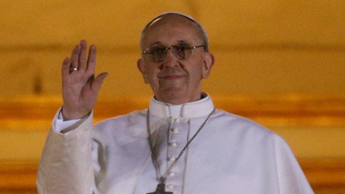 In schlichtem Weiß zeigt sich der neue Papst den Gläubigen.