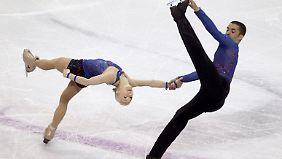 Aljona Savchenko und Robin Szolkowy müssen in der Kür eine Aufholjagd starten.
