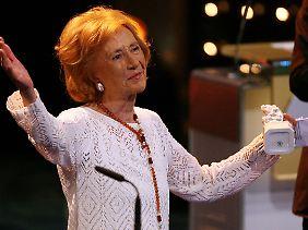 Fendel mit ihrem Bayerischen Fernsehpreis (Bild vom 25. Mai 2007).