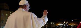 Im schlichten weißen Gewand präsentierte sich Papst Franziskus bei seinem ersten Auftritt.