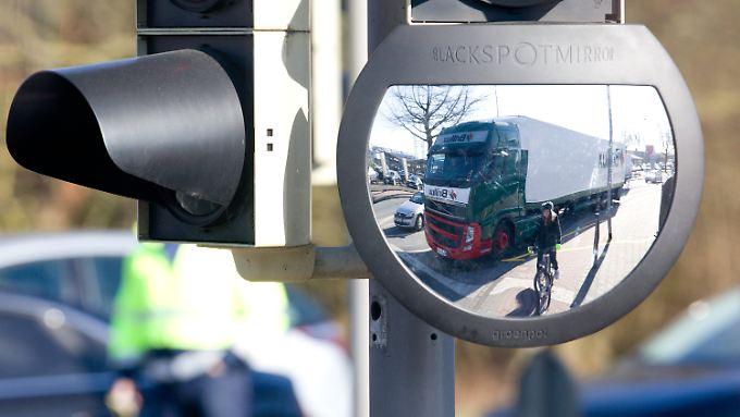 Ampel mit eingebautem Spiegel in Münster: Das neue System soll für weniger Unfälle mit Radfahrern sorgen.