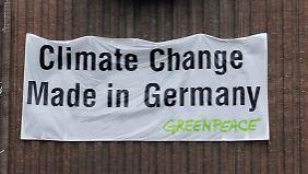 Bei einem Greenpeace-Protest gegen VW in Wolfsburg.