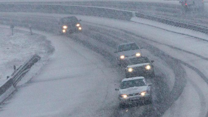 Nicht nur auf dem Flughafen, auch auf den Straßen, gibt es reichlich Schnee und Matsch.