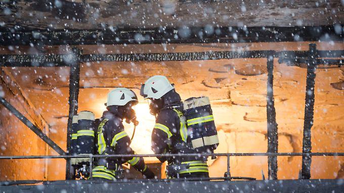Das Feuer soll in der Wohnung der 90-Jährigen ausgebrochen sein.