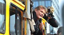 """Vor lauter Fans musste Hasselhoff in ein Auto """"fliehen""""."""