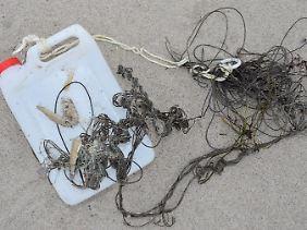 Plastikbehälter mit Angelschnur am Strand: Besonders Plastikmüll aus der Schifffahrt, Tourismus und Fischerei führt zur Verschmutzung von Wasser und Badestränden an der Ostsee.