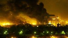 """Die infernalischen Bilder aus dem nächtlichen Bagdad gehen um die Welt. Sie sollen die Macht und Entschlossenheit der USA verdeutlichen und sind Teil der sogenannten """"Shock and Awe""""-Kampagne (Schrecken und Ehrfurcht). Vom ersten Tag an soll den gegnerischen Truppen klar gemacht werden, dass sie keine Chance haben."""