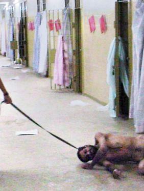 Eine US-Soldatin quält in Abu Ghraib einen irakischen Gefangenen.