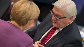 Steinmeier im Gespräch mit Merkel. Auf verbale Attacken verzichtet er.