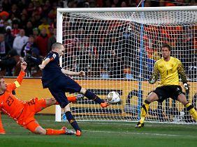 Das Tor zum Titel: Spaniens Andres Inesta trifft gegen die Niederlande.