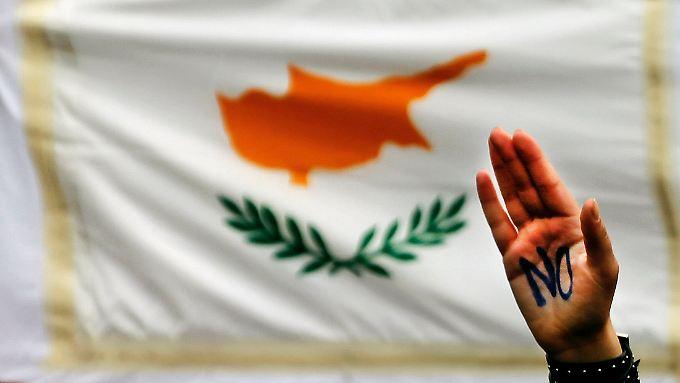 Tausende Schüler demonstrieren gegen die Bedingungen der Troika, die Zypern erfüllen muss, um Milliarden zu erhalten.