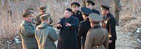 Kim spricht mit Generälen seiner Armee unweit der Grenze zu Südkorea.