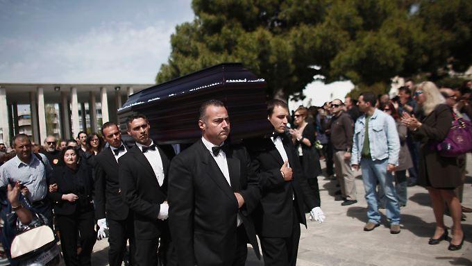 Beerdigung des 77-jährigen Apothekers Dimitris Christoulas im April 2012 in Athen. Christoulas hatte sich auf dem Syntagma-Platz erschossen.