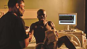 Mit Mario van Peebles gibt es sogar am Krankenbett was zu lachen.