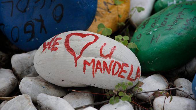 Nach seinem letzten Krankenhausaufenthalt empfingen Hunderte mit Glückwünschen bemalte Steine den Kämpfer gegen die Apartheid.