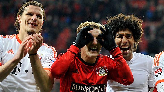 Ja, wo laufen sie denn? Die Münchner Daniel van Buyten, Bastian Schweinsteiger und Dante feiern ihren jüngsten Sieg in Leverkusen. Und suchen die Verfolger mit dem Fernglas.