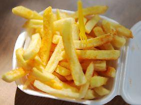 Auf Pommes und Knabberzeug ist meistens sehr viel Salz.