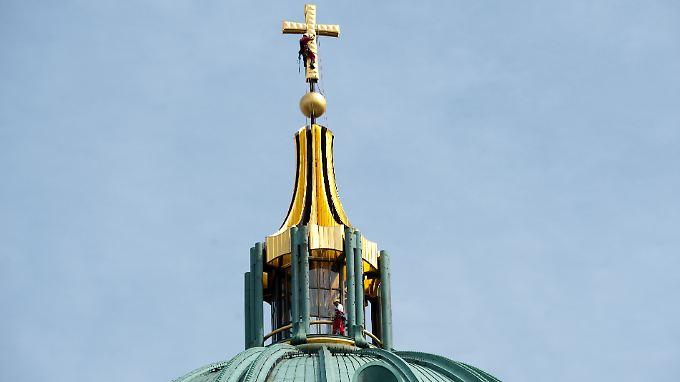 Die jüngste größere Restauration des Kuppelkreuzes des Berliner Doms kostete rund 700.000 Euro. Es kamen 1,5 Kilogramm Blattgold zum Einsatz.