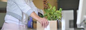 Bevor Arbeitnehmer ihre Sachen packen, sollten sie noch einmal überprüfen: Haben sie alle wichtigen Dokumente an ihren Nachfolger übergeben? Foto:Andreas Gebert