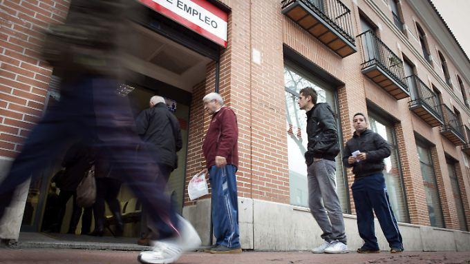 Arbeitslose vor einer Jobvermittlung in Madrid.