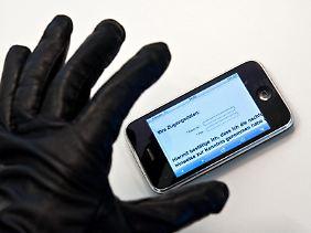 Mit den falschen Apps oder einer ungesicherten WLAN-Verbindung können sich Nutzer auch auf mobilen Geräten wie Smartphones und Tablets Schadsoftware einfangen.