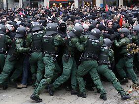 Auf viele Menschen wirkt es mitunter grotesk, wenn die Sicherheitsbehörden bei Neonazi-Aufmärschen Demonstranten abdrängen.