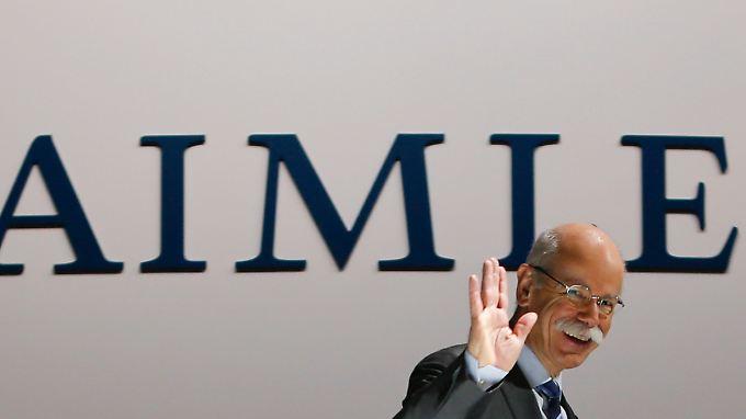 Trotz Vertragsverlängerung reißt die Kritik an Daimler-Chef Zetsche nicht ab. Offiziell wackelt sein Stuhl aber nicht.