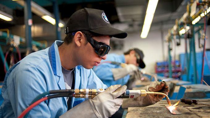 Bald ganz alleine? Ein Lehrling im Ausbildungszentrum des Autoherstellers BMW.