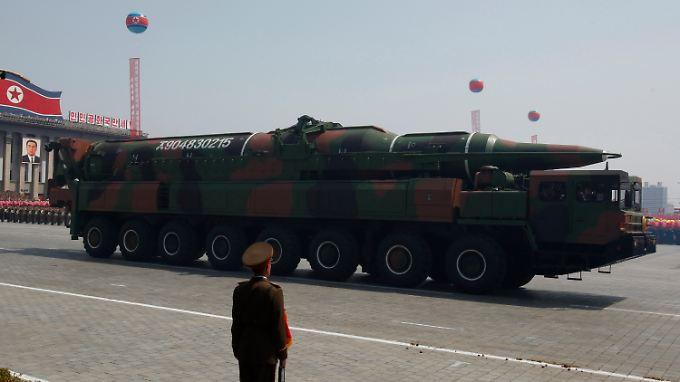 Zum 100. Geburtstag von Staatsgründer Kim Il Sung führte das Regime Nordkoreas eine neue Langstreckenrakete vor. Ob sie einsatzbereit ist, ist auch ein Jahr danach unbekannt.