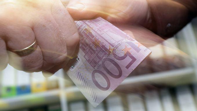 Eine Hand wäscht die andere: 500-Euro-Scheine erleichtern laut Experten kriminelle Machenschaften.