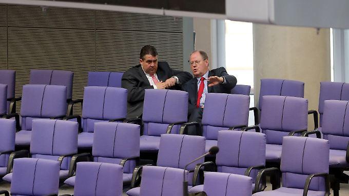 SPD-Kanzlerkandidat Steinbrück und SPD-Chef Gabriel beraten in der letzte Reihe des Plenums miteinander.