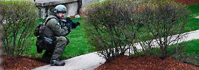 Ein FBI-Beamter in Watertown. Das Team des Mannes umstellt ein Haus in der Kleinstadt.
