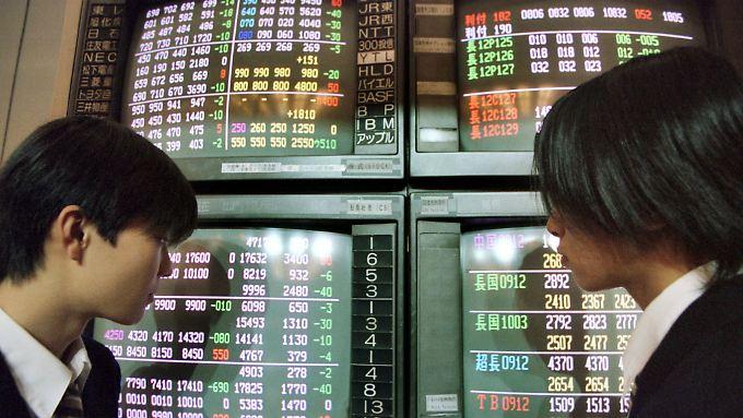 Was passiert da? Die Kurse an der Tokioter Börse steigen, weil die BoJ die Zügel ihrer Geldpolitik schleifen lässt.