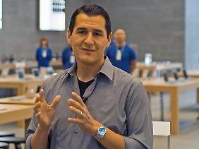 Apple-Manager Steve Cano ist stolz auf die Tische aus deutscher Eiche.