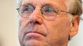 Cohn-Bendit war in den 1960er und 1970er Jahren in Frankreich und Deutschland einer der führenden Köpfe der außerparlamentarischen Linken - seit 1984 ist er Mitglied der Grünen, hier gehört er zum Realo-Flügel.