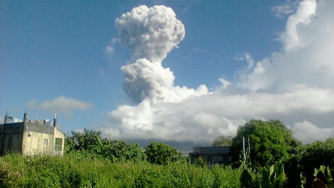 Auf den Philippinen hat der Vulkan Mayon eine 2500 Meter hohe Aschesäule ausgestoßen.