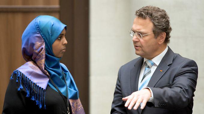 Die Harmonie trügt: Friedrich hatte bislang keine glückliche Hand mit der Islamkonferenz.