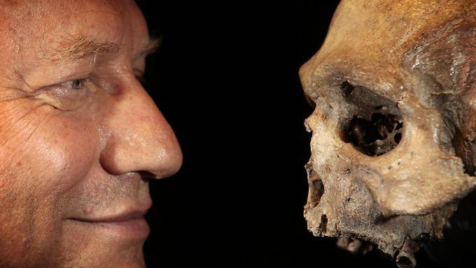 Auge in Auge mit einem männlichen Eiszeitmenschen - das Skelett ist im LVR-LandesMuseum Bonn ausgestellt.