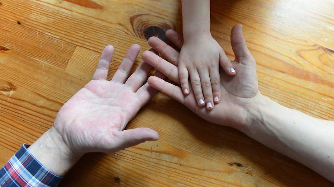 Bei der Zählung sind alle Erwachsenen, die mit Kindern leben, Familien.