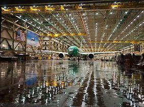 Das größte und schwerste zweistrahlige Passagierflugzeug der Welt: Die 777 im Auslieferungshangar in Everett.