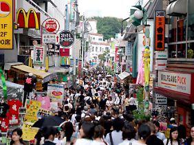 In einer Einkaufsstraße in Tokio.