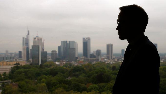 Weidmanns Silhouette mit der Skyline der Frankfurter Innenstadt im Hintergrund: Hier hat auch die Bundesbank ihren Sitz.