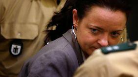 Zschäpe zeigte sich den Kameras kaum - vor Verhandlungsbeginn drehte sie Fotografen meist den Rücken zu.