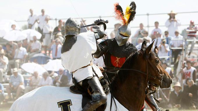Zu den Feierlichkeiten gehören auch Nachstellungen von Kampfszenen.