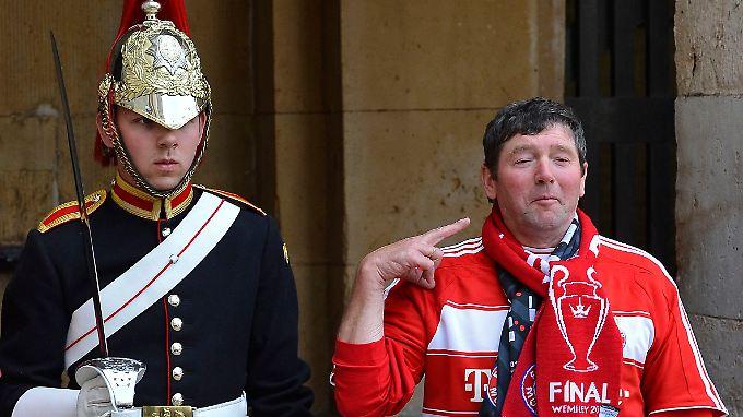 Die Palastwachen von Englands Königin Elizabeth II. erleben ganz sicher einen anstrengenden Arbeitstag.