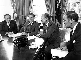 Henry Kissinger (l.) wird Außenminister unter Präsident Richard Nixon.