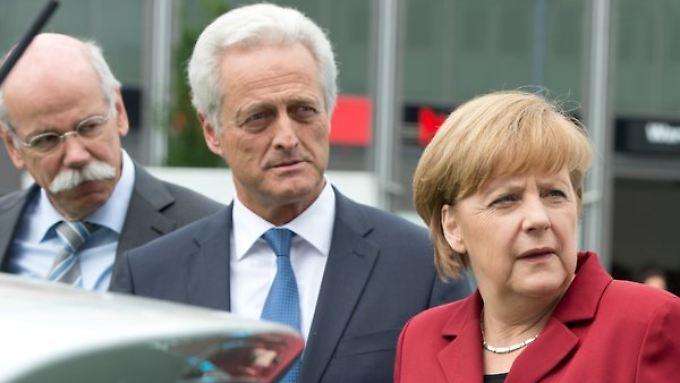 Daimler-Chef Zetsche, Verkehrsminister Ramsauer und Kanzlerin Merkel (v.l.n.r) beim E-Gipfel